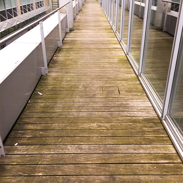 dreckige Holzterrasse vor der Reinigung